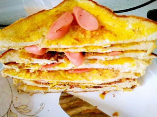 懒人料理+快手早餐,再从对角切开,千层三明治就做好了😁,配上一杯牛奶,一顿早餐就搞定啦!