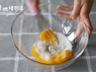 冬日的暖阳中,配一款小清新的蛋糕卷才是仙女的日常,蛋黄加入20g细砂糖A,用打蛋器搅拌均匀至细砂糖完全融化即可,不要打发。