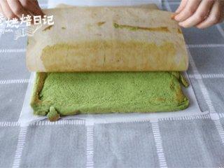 冬日的暖阳中,配一款小清新的蛋糕卷才是仙女的日常,送入预热好190度的烤箱中层烘烤12分钟,取出后翻面,将油纸撕下放置冷却。