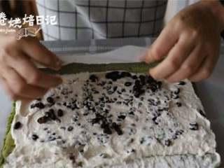 冬日的暖阳中,配一款小清新的蛋糕卷才是仙女的日常,卷起,送入冰箱冷藏室冷藏1小时以上即可取出切块。