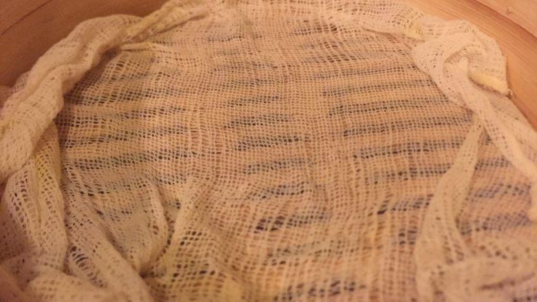 豆渣奶香馒头,锅里放水,铺屉布。