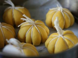 金灿灿的南瓜馒头,大约20分钟,就发酵好了,南瓜的形就比较明显了。