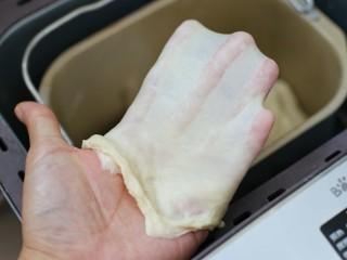 原味牛奶吐司,继续揉至完全扩展阶段,即可以扯出薄薄的手套膜
