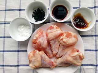 裙带菜蒸鸡腿肉,食材:玉米淀粉,裙带菜,酱油,蚝油,鸡腿肉