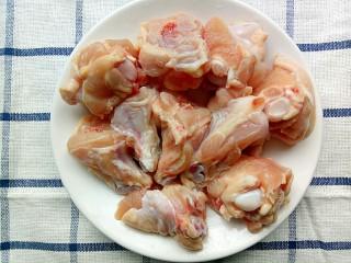 裙带菜蒸鸡腿肉,鸡腿肉剁成两块然后用开水洗一下去血水