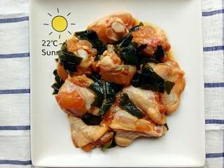 裙带菜蒸鸡腿肉,再次将裙带菜和鸡腿肉搅拌均匀