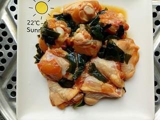 裙带菜蒸鸡腿肉,锅里水开后放入裙带菜鸡腿肉蒸二十分钟