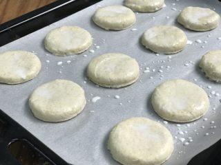 英式下午茶:司康饼干,用鸡蛋+2汤匙牛奶、或纯牛奶刷一下