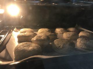 英式下午茶:司康饼干,200度烤12-15分钟,烤纸到表面颜色变棕黄色