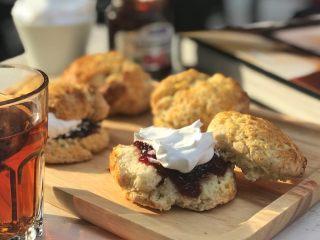 英式下午茶:司康饼干,搭配果酱和淡奶油吃、对了别忘了做一杯茶