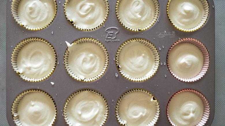 酸奶小蛋糕--入口即化的口感,分配到小蛋糕模中,八分满。
