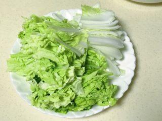 鸡汁焯时蔬,把叶子和菜梆子分开摆放