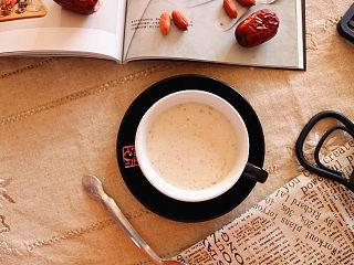 红枣花生牛奶,搅打均匀即可。