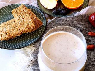 红枣花生牛奶,搭配麦片和水果作为早餐也是不错的选择。