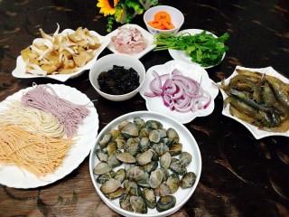 一碗面條+海鮮彩色面,食材有,粗糧面,花蛤,蝦,袖珍菇,黑木耳,五花肉,洋蔥,胡蘿卜,香菜,