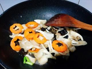 一碗面條+海鮮彩色面,再加入胡蘿卜。
