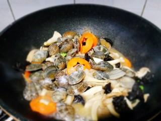 一碗面條+海鮮彩色面,倒入花蛤,加鹽