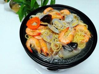 一碗面條+海鮮彩色面,砂鍋蓋上蓋子,再次煮開