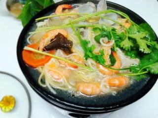 一碗面條+海鮮彩色面,加入香菜,晚餐搞定