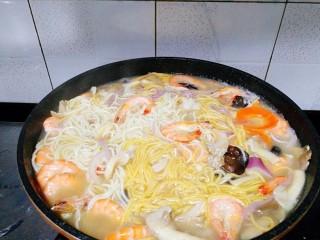 一碗面條+海鮮彩色面,蓋上蓋子煮開后加入雞粉調味。