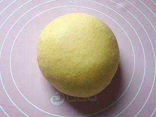 最爱包子+彩球包子,再来和黄色面团:将100克面粉和1克酵母粉拌匀,加入适量南瓜泥(南瓜去皮洗净切成薄片,上锅隔水蒸熟后压成泥),和成软硬适中的面团,盖上保鲜膜放温暖处发酵至2倍大。