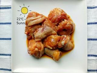 裙带菜蒸鸡腿肉,放入的调料和鸡腿肉搅拌均匀