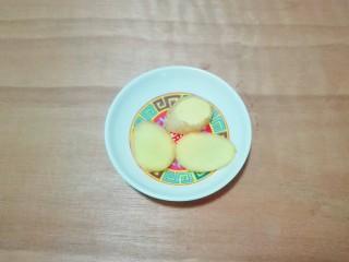 糖醋胡萝卜鳊鱼,生姜切片