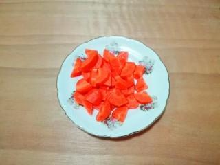 糖醋胡萝卜鳊鱼,胡萝卜削去皮,切小块