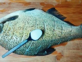 糖醋胡萝卜鳊鱼,盐均匀撒在鱼表面和鱼肚里面,用手轻轻摩擦几下,腌制半个小时以上。同时准备以下食材
