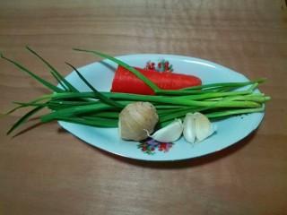 糖醋胡萝卜鳊鱼,准备胡萝卜,青蒜,蒜瓣,生姜
