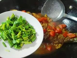 糖醋胡萝卜鳊鱼,关火,放青蒜