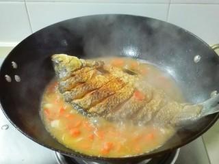 糖醋胡萝卜鳊鱼,轻轻的给鱼翻个身,盖锅盖中火烧十五分钟