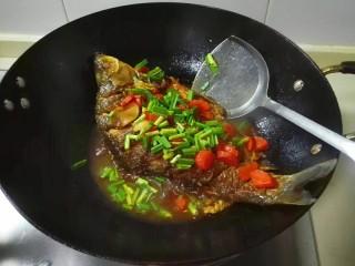 糖醋胡萝卜鳊鱼,鱼汤汁浇在青蒜上,出锅盛盘