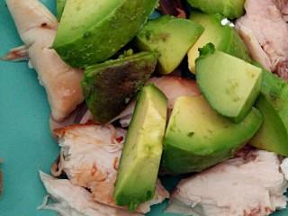 #感恩节食谱#桂花香辣鸡肉牛油果沙拉,放入鸡肉碗里