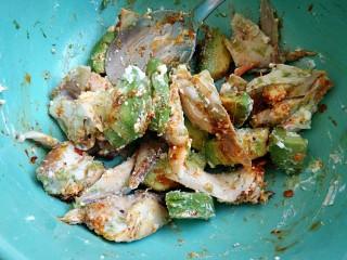 #感恩节食谱#桂花香辣鸡肉牛油果沙拉,再加一勺油辣子拌匀