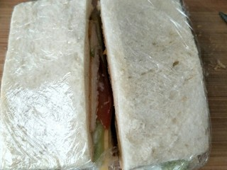 最爱面包+鸡肉三明治餐,中间切一刀翻过来,厚厚的三明治就做好了