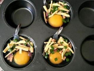 最爱面包+鸡肉三明治餐,模具刷油,打入一个鸡蛋,均匀的加入其他配料,入烤箱180度烤15分钟