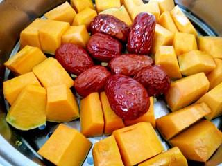 #感恩节食谱#南瓜馅饼,南瓜切块蒸熟,顺便蒸几个红枣吃