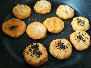 #感恩节食谱#南瓜馅饼,撒适量芝麻按扁