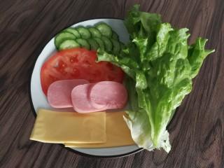 三明治,切好了,摆个盘哈哈哈,早餐要有好心情嘛