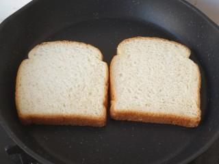 三明治,土司片直接放在锅里煎,边缘微焦翻面