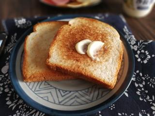 三明治,用勺子背儿抹上沙拉酱