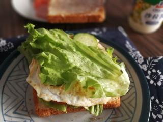 三明治,最后放一个生菜,再扣上涂了沙拉酱的吐司片