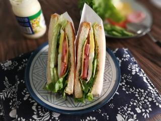 三明治,用油纸折了两个壳壳,把三明治塞进去了哈哈哈