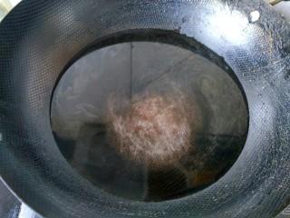 #感恩节食谱#   排骨藕汤,锅里放清水并烧开。