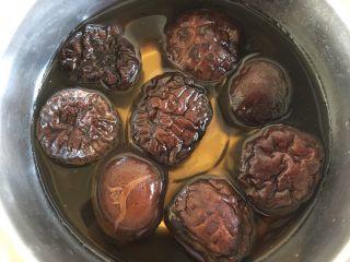 荠菜大馄饨,将香菇泡发