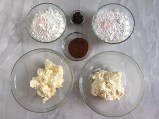 巧克力双色曲奇,将打发好的黄油平均分成两份,粉盐也分为两份,分别放入两份面粉里。