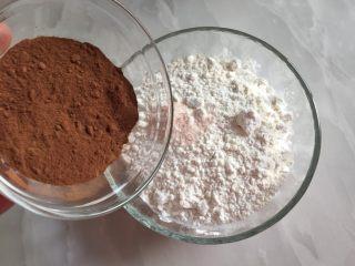 巧克力双色曲奇,法芙娜可可粉倒入蛋糕粉中,拌匀。