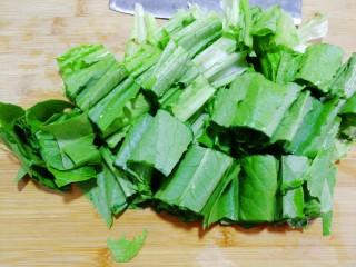 红肠油麦下饭菜,用水洗净,切成5cm的小段。