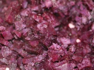 紫薯椰丝球,紫薯我切碎的、下锅蒸熟